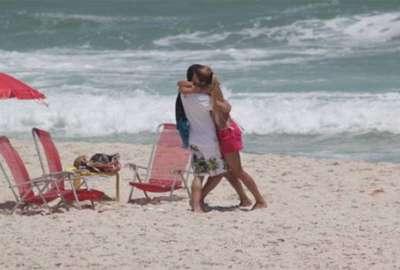 Cantor Luciano aproveita a praia em clima de romance com a mulher