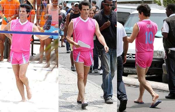 Com look pink, ator Marcelo Serrado encara volei das