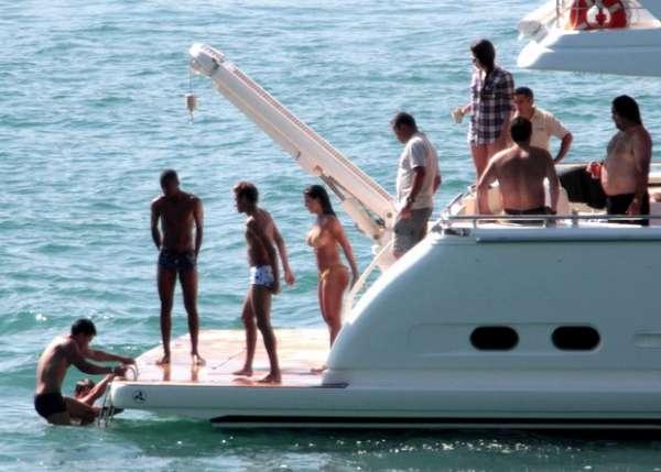 Com sunga branca, Neymar curte dia de sol com Carol Abranches