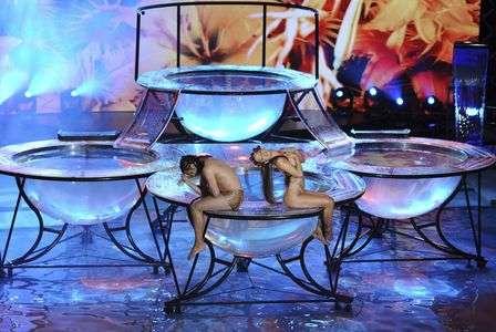 Larissa Riquelme faz apresentação dentro dâ??água em programa