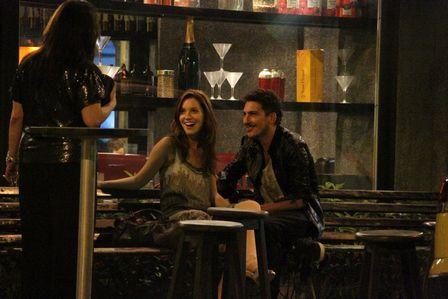Nathalia Dill deixa evento para beijar muito em bar no RJ
