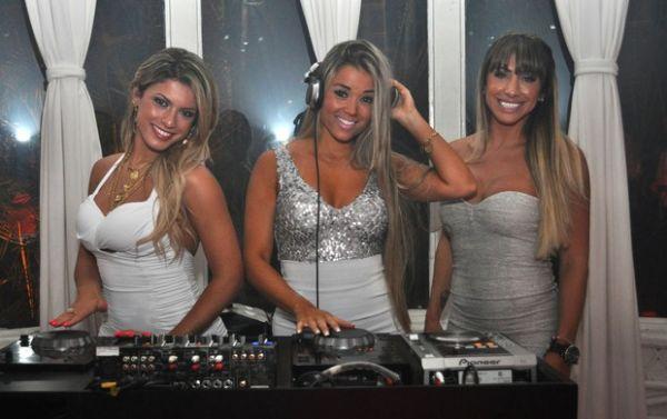 Com vestidos curtíssimos e decotados, panicats atacam de DJs em festa de empresa