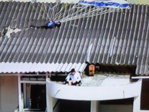 Paraquedista amador cai em telhado de escola, mas está bem