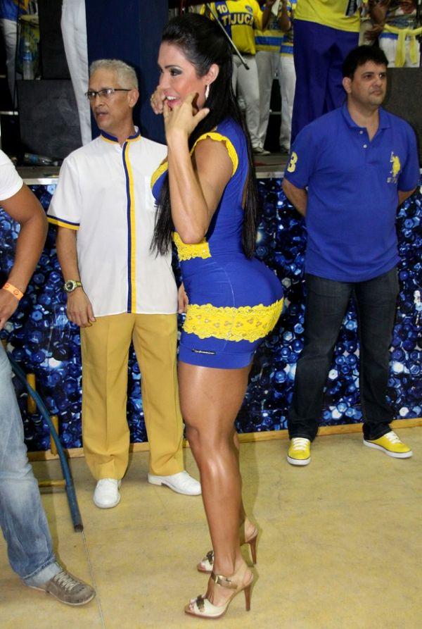 De vestido colado, Gracyanne Barbosa samba na Unidos da Tijuca