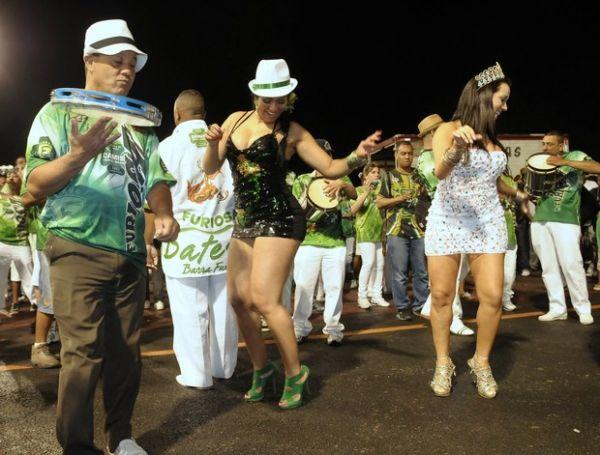 De vestido curto, Mulher Moranguinho samba em São Paulo
