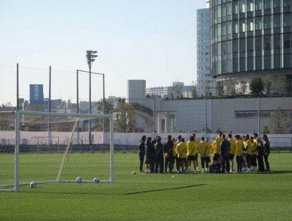 Barcelona fecha o treino, e torcida improvisa para acompanhar atividade