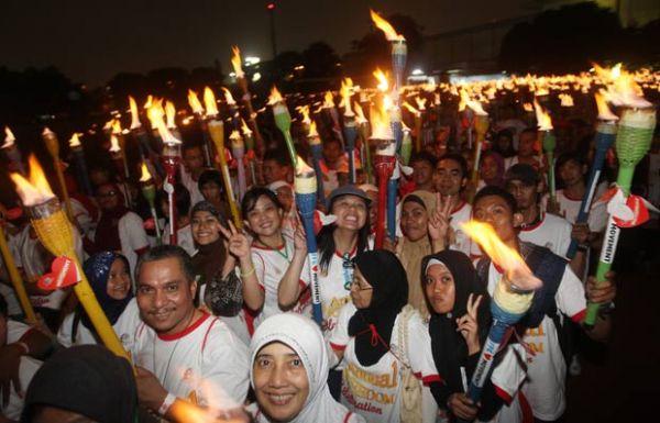 Por recorde, quase 4 mil pessoas seguram tochas acesas na Indonésia