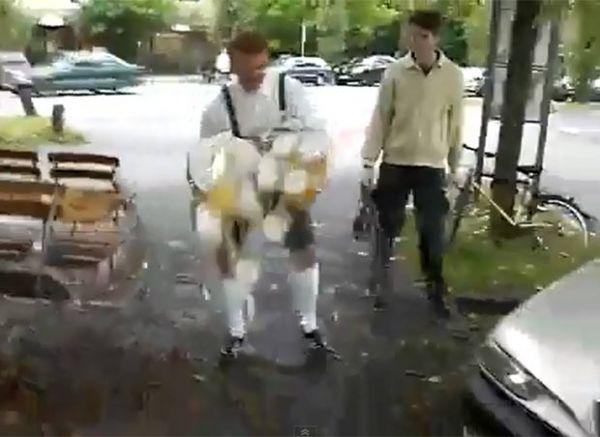 Garçom tenta carregar 20 canecas de chope, faz lambança e deixa cair