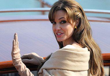 Angelina Jolie sofre overdose de remédios é achada desmaiada
