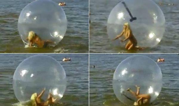Garota tenta andar dentro de bola no mar e protagoniza cena hilária
