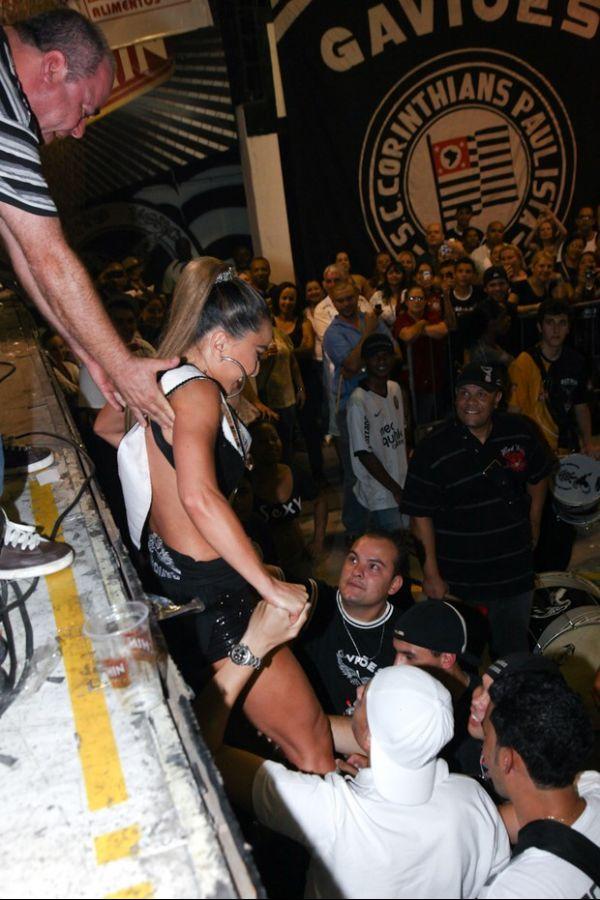 Madrinha da bateria, Sabrina Sato arrasa em ensaio da Gaviões