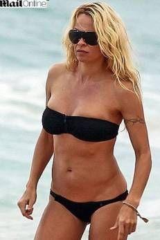 Aos 44 anos, Pamela Anderson exibe corpão na praia como nos tempos de ?Baywatch?