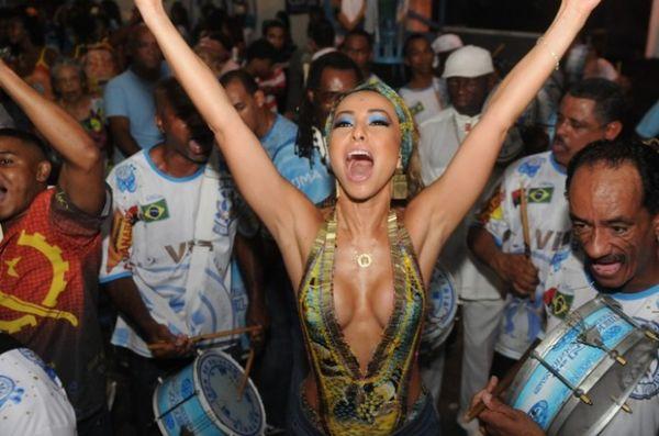 Com decotão ousado, Sabrina Sato mostra samba no pé na quadra da Vila Isabel