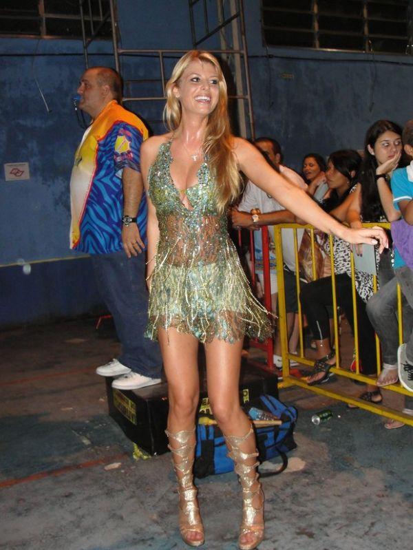 Decotada, Caroline Bittencourt samba na Acadêmicos do Tucuruvi