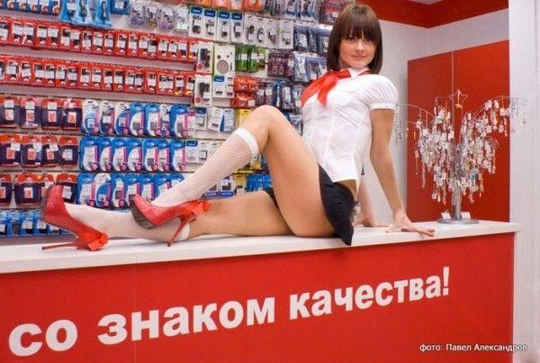 Loja de acessórios para celulares atrai clientes com vendedoras belas e sensuais