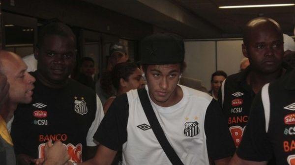 Tumulto em aeroporto marca volta do time do Santos para casa