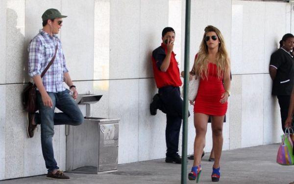 Miss Bumbum circula com vestido bem curto e chama atenção de Dalton Vigh em aeroporto