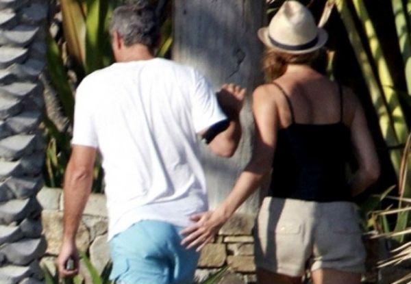 Mão Boba ataca os famosos! Relembre os carinhos indiscretos de 2011