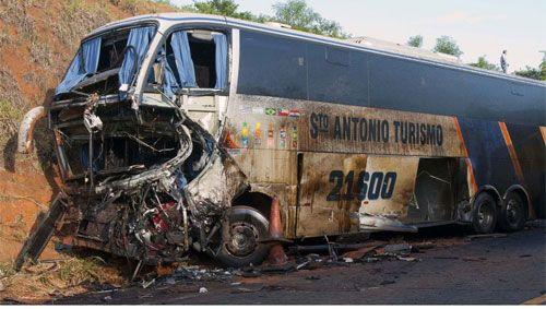 Batida entre ônibus e caminhão mata 6 pessoas em rodovia