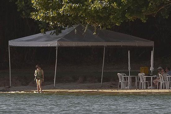 Dilma faz caminhadas e aproveita reclusão em praia privada na BA