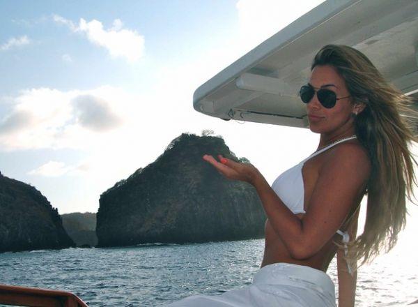 Robertha Portella coloca fio-dental e mostra corpão na praia de Noronha
