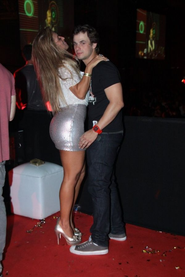 Daniel Erthal beija e troca amassos com modelo em show no Rio