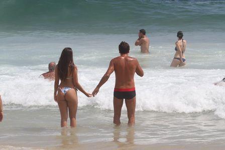 Filha de Renato Gaúcho bate um bolão na praia; pai fez companhia