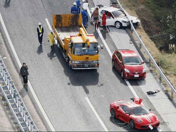 Acidente no Japão envolve comboio com Ferraris e carros de luxo