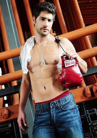 Victor Percoraro exibe boa forma em comercial de cueca