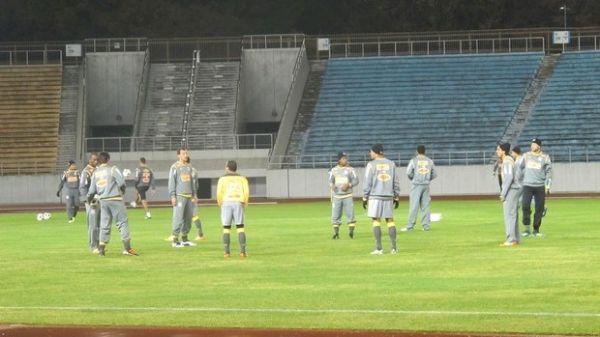 Neymar adapta touca para liberar o moicano em primeiro treino no Japão