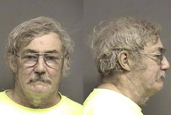 Americano é preso acusado de ato sexual com cão de vizinho