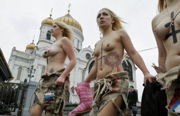 Ativistas seminuas são detidas em protesto contra fraudes em Moscou