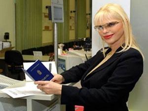 Ex-atriz pornô se candidata e volta à política na Itália