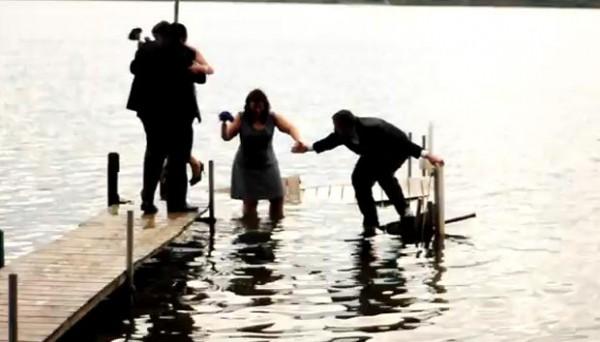 Noivos e padrinhos caem em lago após deque ceder nos EUA