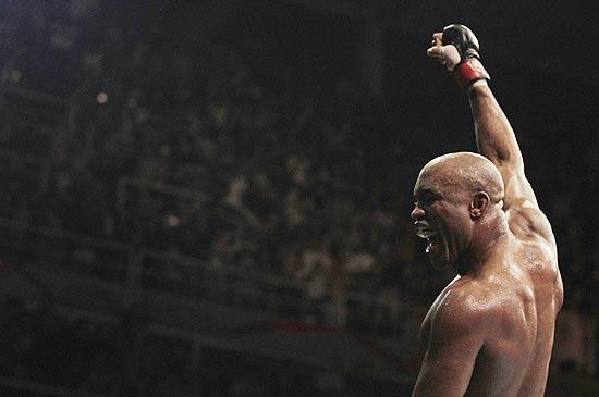 Record fecha contrato para exibir lutas do UFC em 2012
