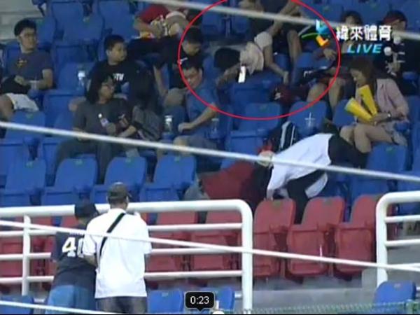 Pai solta menina ao pegar bola de beisebol e criança fica lesioanda