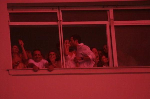 Malvino Salvador e Charlotte trocam beijos na virada do ano