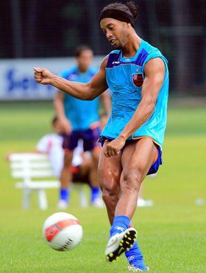 Longe das baladas, Ronaldinho faz boa pré-temporada