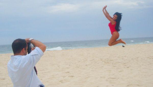 Solange Gomes faz bonito e mostra curvas em ensaio na praia