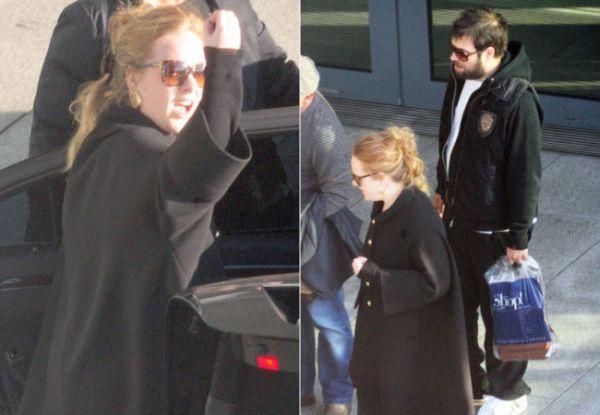 Adele faz gesto obsceno para fotógrafos em aeroporto