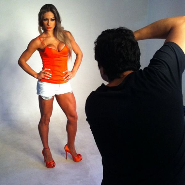 Ex-BBB Mayra Cardi exibe pernas musculosas em sessão de fotos
