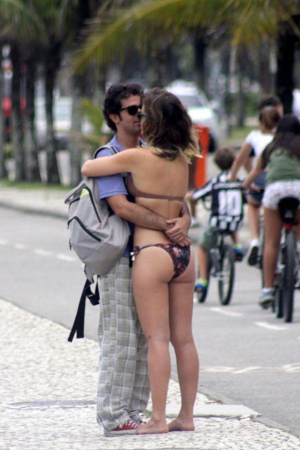 Juliana Didone beija Bruno Mazzeo em praia carioca