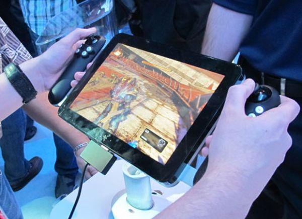 Tablet traz joysticks acoplados para usuário jogar videogame