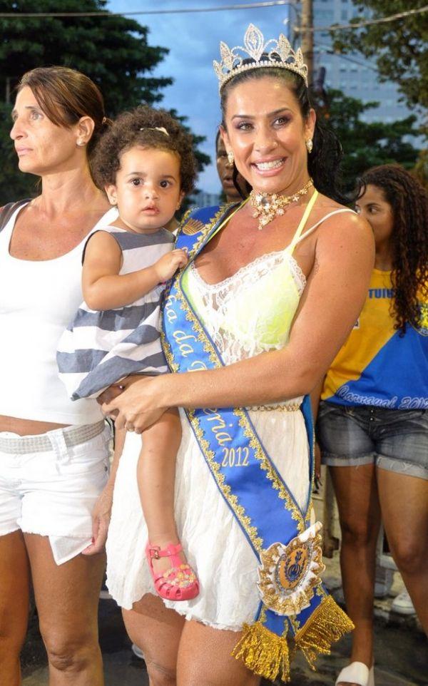 Scheila Carvalho samba com a filha no colo em ensaio técnico