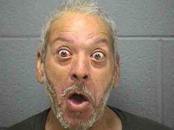 Americano faz careta de espanto ao ser preso dirigindo bêbado