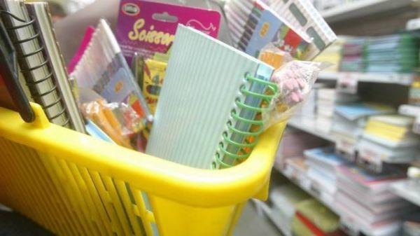 Lista abusiva de material escolar tem até esponja de lavar pratos. Saiba o que não pode ser exigido
