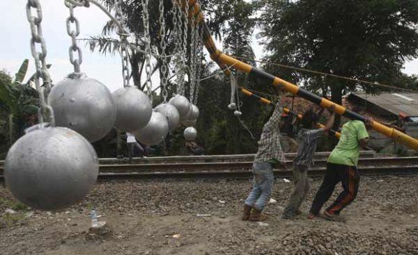 Indonésia pendura bolas de concreto sobre linhas contra