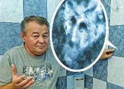 Família afirma que vê imagem do diabo em azulejo de banheiro