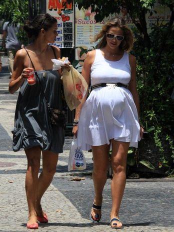 Grávida de 7 meses, Luana Piovani exibe barriga em caminhada
