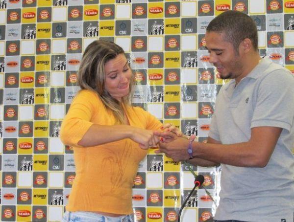 Jogador do Santos, Adriano pede jornalista em casamento no CT